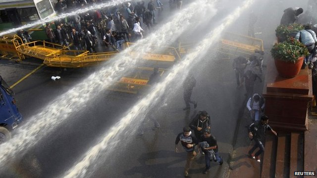 Water cannon fired at protesters in New Delhi on 22/12/12