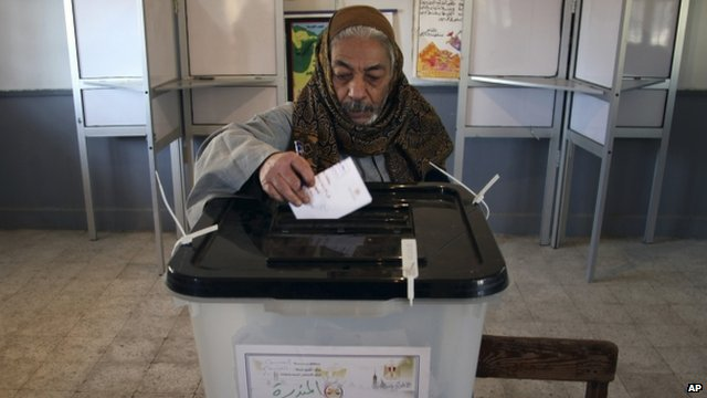 Egyptian man casts vote