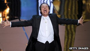 Billy Crystal hosts the Oscars