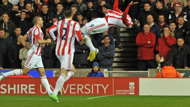Stoke City&#039;s Trinidadian striker Kenwyne Jones (right) celebrates scoring their second goal as teammates US defender Geoff Cameron (second left) and Irish striker Jonathan Walters (left) join in