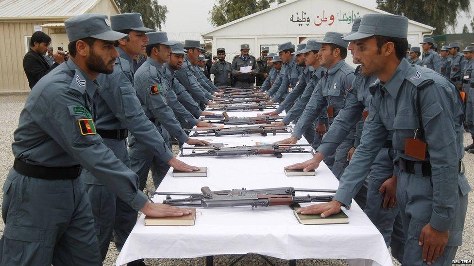 刚毕业的阿富汗国家警察参加毕业典礼 -  2012年12月27日在阿富汗贾拉拉巴德,