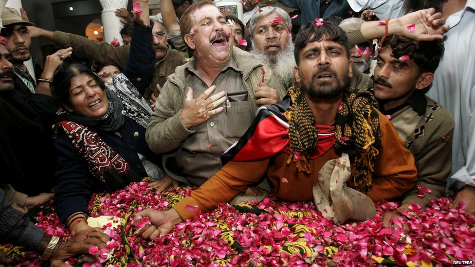 PPP supporters mourn beside the grave of Pakistan's former Prime Minister Benazir Bhutto - 27 December 2012
