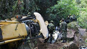 Rescue workers on the Neiva-Florencia road