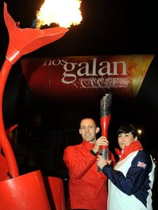 Nos Galan mystery runners Olympian Dai Greene and Paralympian Samantha Bowen started this year's Nos Galan road race around Mountain Ash in Rhondda Cynon Taf