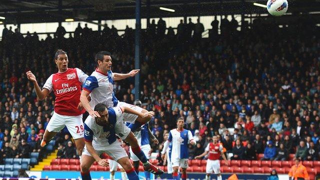 Marouane Chamakh scores for Arsenal