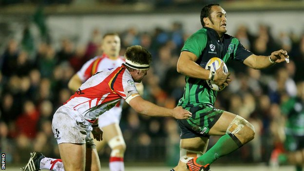 George Naoupu outpaces Nic Cudd to score Connacht's second try in Saturday's game