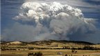 Smoke from a bushfire billows over hills near Forcett, about 16 miles (25km) east of Hobart (4 Jan 2013).