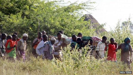 Residents carry the body of a man killed when their village was attacked in Kenya&#039;s Tana Delta region, 9 January 2013