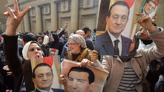 Mubarak supporters holding his portrait