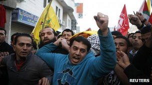 Palestinians carry the body of Odai Darawish at his funeral (13/01/13)