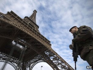 French soldiers deployed next to Eiffel Tower in Paris (14 January 2013)