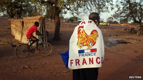 A resident of Bamako wears a French flag (13 January 2013)