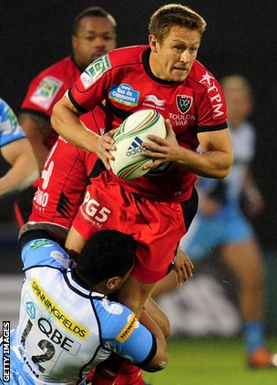 Jonny Wilkinson takes on the Sale defence for Toulon