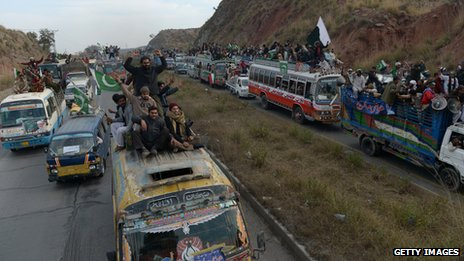 Anti-corruption protesters around 80km (50 miles) from Islamabad (15 January 2013)