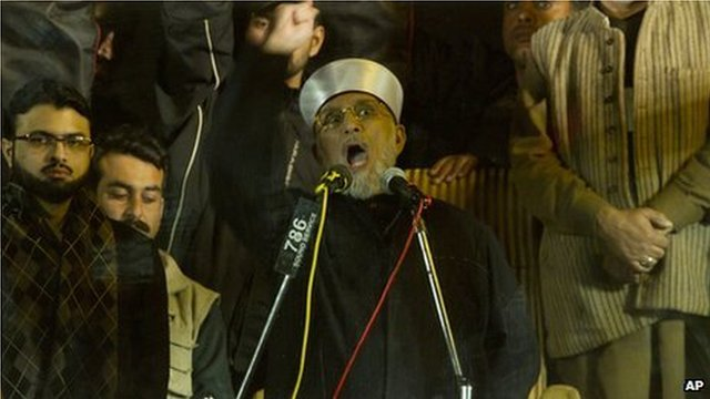 Tahirul Qadri addresses supporters behind a bullet-proof glass at a rally in Islamabad (15 January 2013)