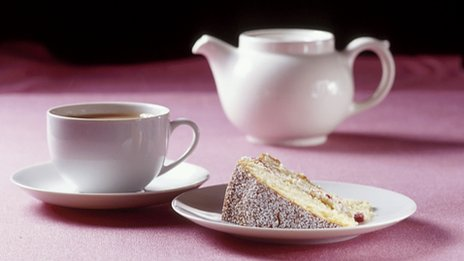 Teacup, teapot and Victoria sponge slice