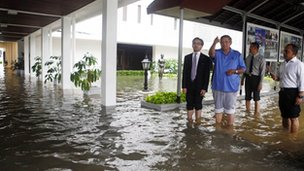 President Susilo Bambang Yudhoyono (in blue) walking around the flooded palace compound with Foreign Minister Marty Natalegawa (L) on 17 January 2013