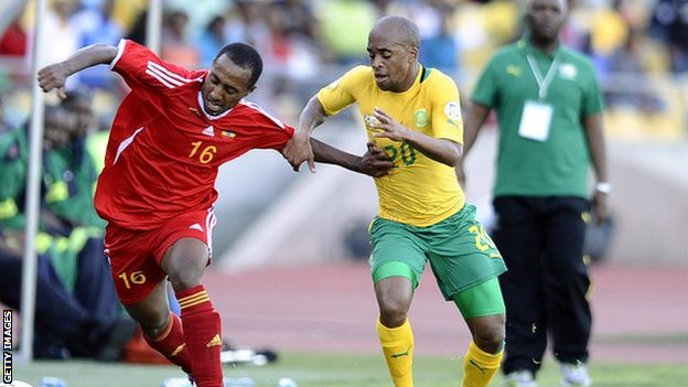 Fitsum Teklehaimanot of Ethiopia (L) and Oupa Manyisa of South Africa (R)
