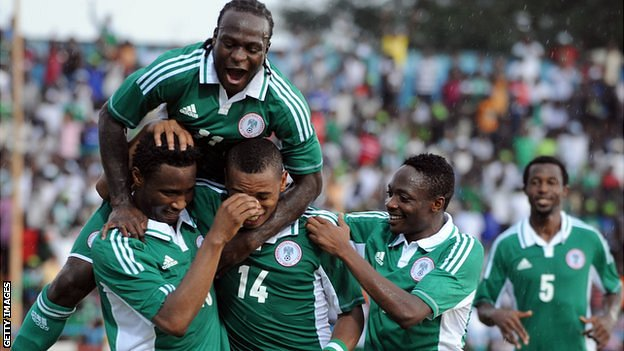 Nigeria&#039;s John Obi Mikel (L) celebrates with teammates