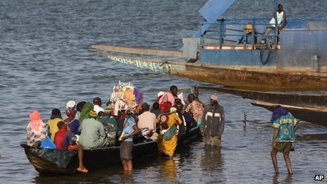 Passengers board a commuter boat, on the Niger River, in Segou, central Mali, on Tuesday 15 January 2013