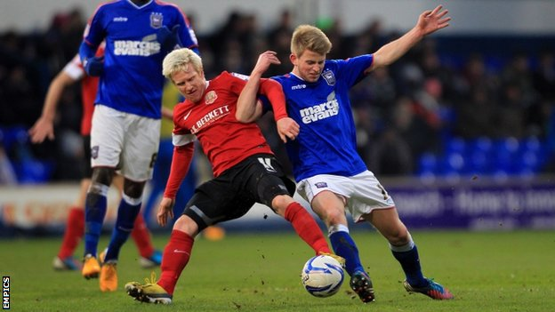 Barnsley's David Perkins and Ipswich's Luke Hyam