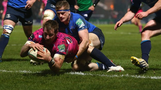 Neil Clark dives over for Leinster&#039;s first try