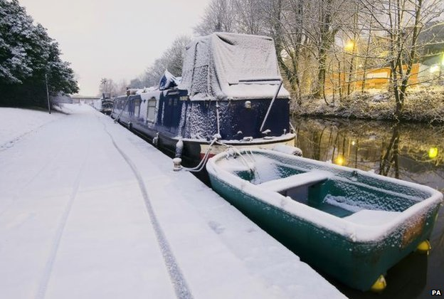 Snow covers canal path in Nottingham