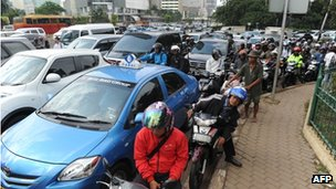 Commuters in heavy traffic in Jakarta (21 Jan 2013)