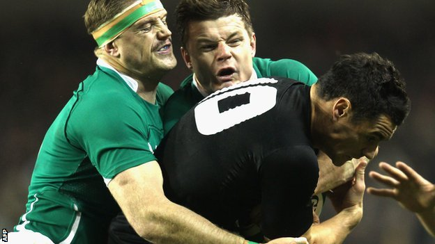 Heaslip and O'Driscoll tackle New Zealand's Dan Carter