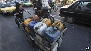 Iranian man pushing fuel containers in Tehran (23/01/13)