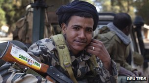 An ethnic Tuareg soldier in the Malian army rides in a pickup truck in Niono, 19 January 2013