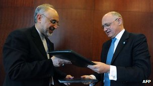 Iranian Foreign Minister Ali Akbar Salehi (l) and Argentine Foreign Minister Hector Timerman (r) exchange documents