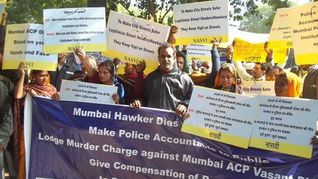 Mumbai street vendors protesting against police action on them and death of a fruit seller
