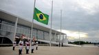 Soldiers of the presidential guard fly flag at half-mast at the Planalto Palace in Brasilia, 28 January 2013
