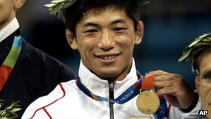 Masato Uchishiba receives his gold medal in Athens (Aug 2004)