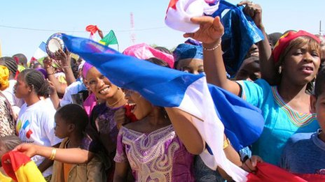 Well-wishers greet French President Francois Hollande in Timbuktu, Mali, 2 February 2013