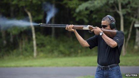 El presidente Barack Obama se dirige brotes arcilla en el rango de Camp David, Maryland, en esta foto folleto Casa Blanca tomada 04 de agosto 2012