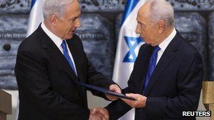 Israeli Prime Minister Benjamin Netanyahu (L) receives a folder from President Simon Peres at the president&#039;s residence in Jerusalem on 2 February 2013