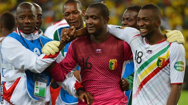 Mali&#039;s goalkeeper Soumbeyla Diakite (C) is congratulated by teammates after they beat South Africa on penalties