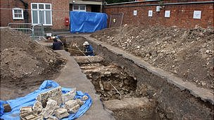Archaeologists recording Richard&#039;s grave