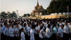 Cambodians line up near the royal palace in Phnom Penh (4 Feb 2013)