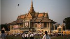 Cambodians approach the royal palace 