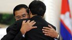 Vietnamese PM Nguyen Tan Dung and Cambodian PM Hun Sen embrace in Phnom Penh (4 Feb 2013)