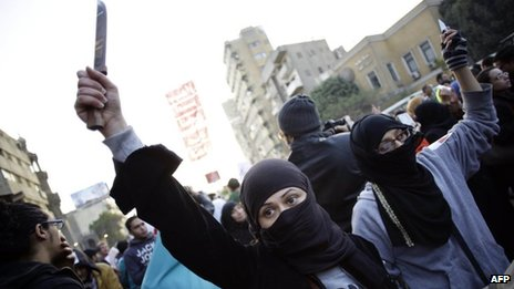 Women brandish knives at the protest in Cairo (6 February 2013)