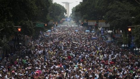 Thousands of carnival revellers on a Rio de Janeiro street