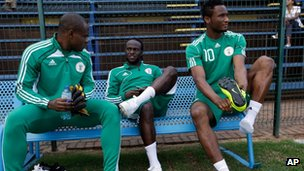 Nigeria's Victor Moses, centre, talks with team-mates goalkeeper Vincent Enyeama, left, and John Obi Mikel