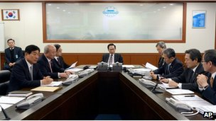 This handout photo released by the presidential Blue House on 12 February 2013 shows South Korean President Lee Myung-Bak (C) presiding over an emergency meeting