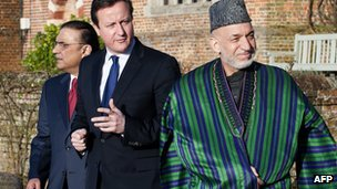 Britain's Prime Minister David Cameron (C) walks with Afghan President Hamid Karzai (R) and Pakistani President Asif Ali Zardari (L) at the British prime minister's official residence, Chequers (4 Feb 2013)