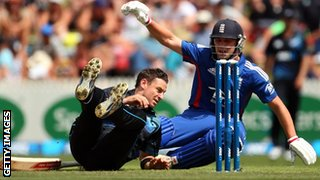 Nathan McCullum and Jonathan Trott collide