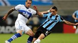 Braian Rodriguez of Huachipato (left) tussles with Para of Gremio